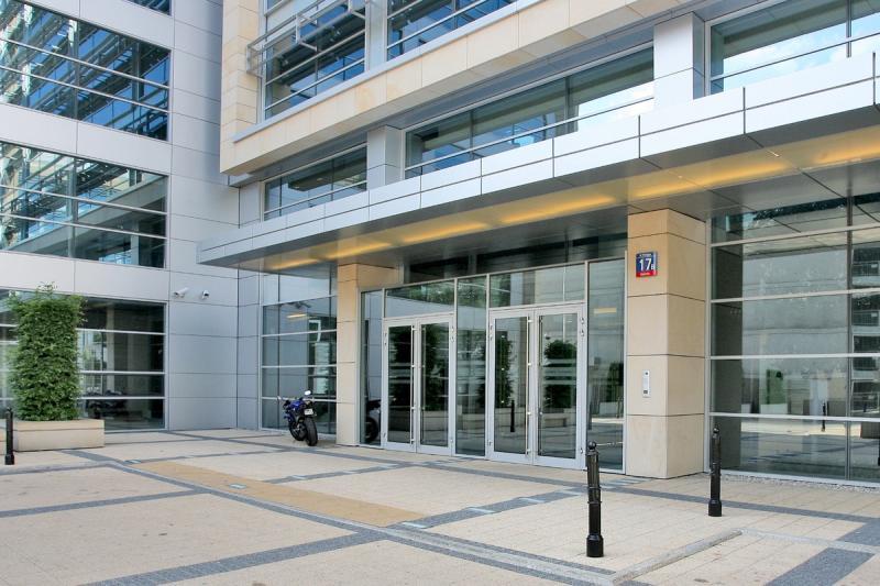 Widok na wejście do budynku biurowego