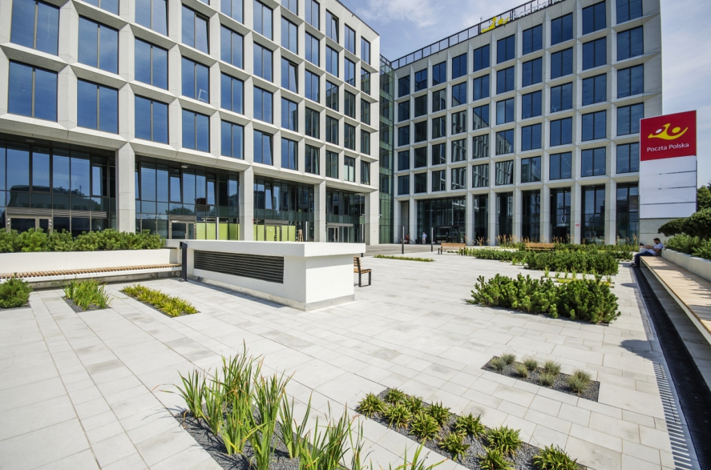Przestrzeń z zielenią przed budynkiem [źródło: PHN S.A.]