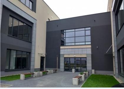 Fasada biurowca z powierzchnią do wynajęcia