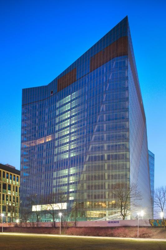 Widok na budynek biurowy z przodu