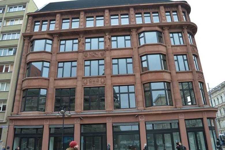 Widok na fasadę budynku biurowego