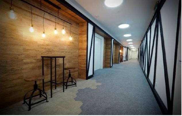 Corridor in the building with offices to rent