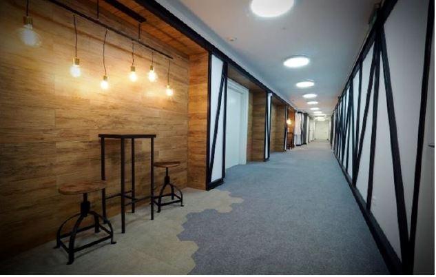Korytarz w budynku z powierzchniami biurowymi do wynajęcia
