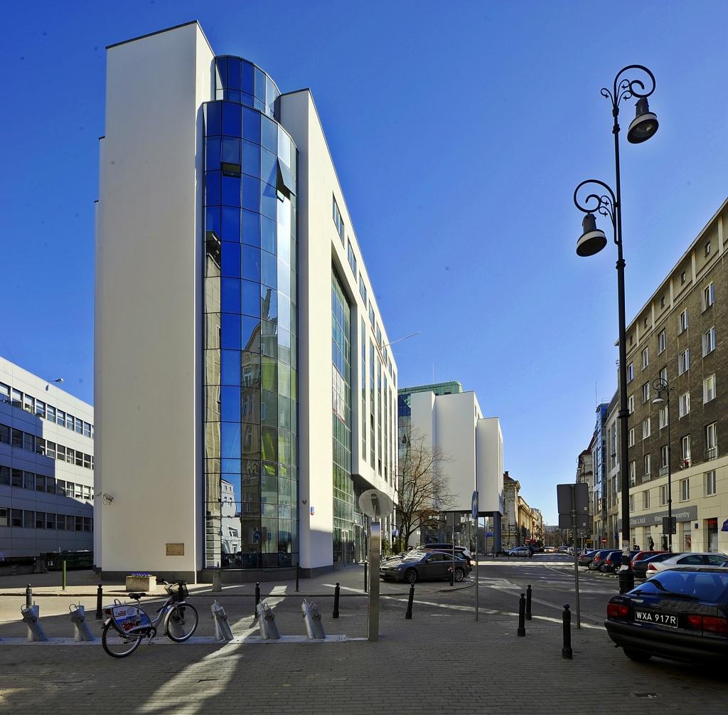 Widok na budynek biurowy z boku