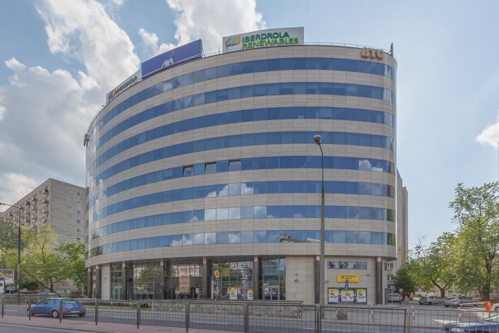 Front budynku z powierzchniami biurowymi do wynajęcia