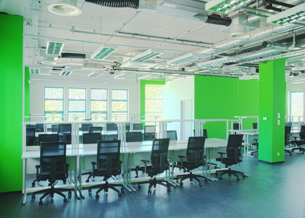 Przestrzeń biurowa w budynku