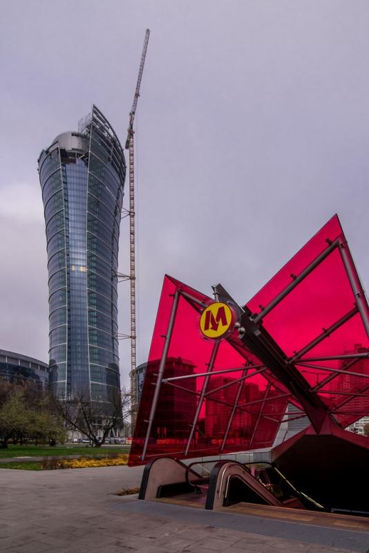 Widok na biurowiec od strony metra Rondo Daszyńskiego