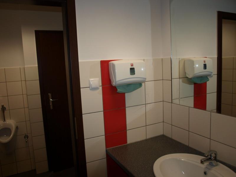 Widok łazienki w budynku biurowym