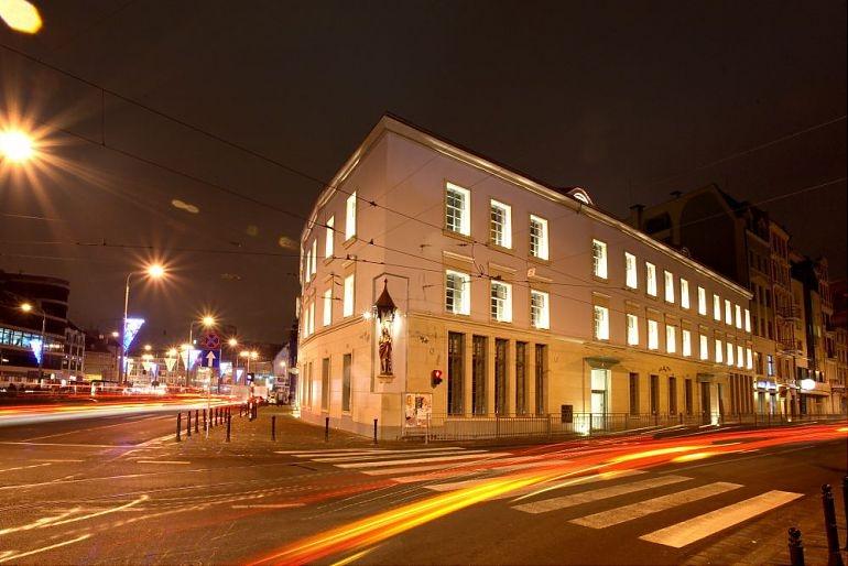 Główny widok na budynek biurowy nocą